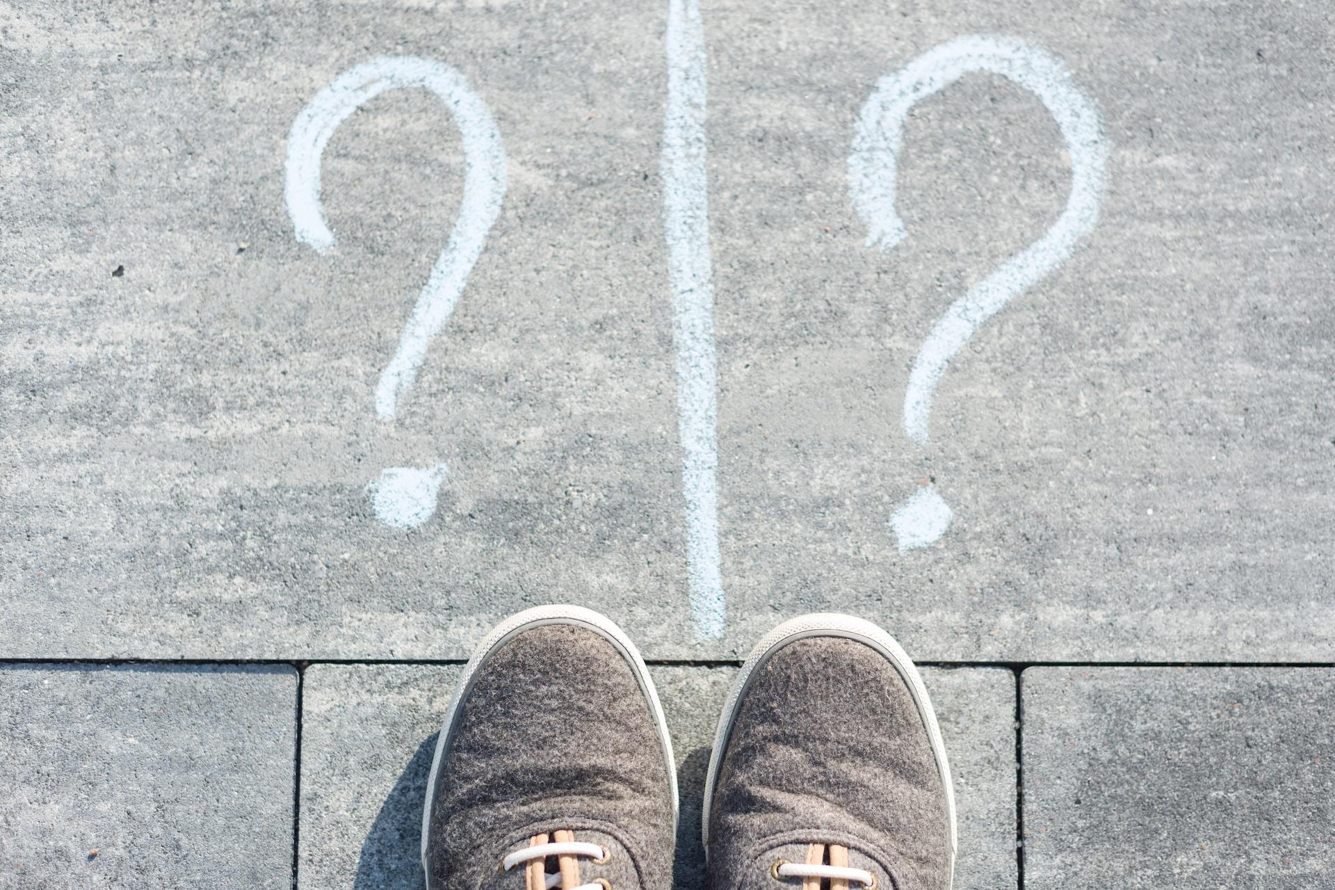 Dos signos de interrogación sobre el suelo